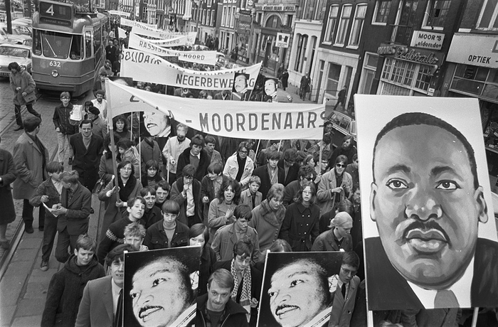 6 avril 1968, procession en la mémoire de Martin Luther King assassiné deux jours avant. © Archives nationales des Pays-Bas / Photo: Nijs, Jac. de / Anefo / Wikimedia.org